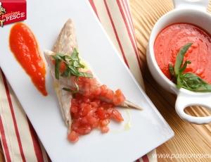 Filetti di sgombro marinati con pomodori e peperone rosso