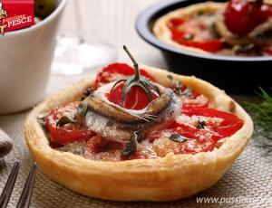 Tortine di pasta sfoglia con alici e pomodorini