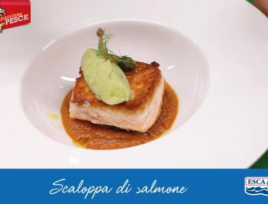 Scaloppa di salmone in salsa mediterranea e patata schiacciata all'aneto